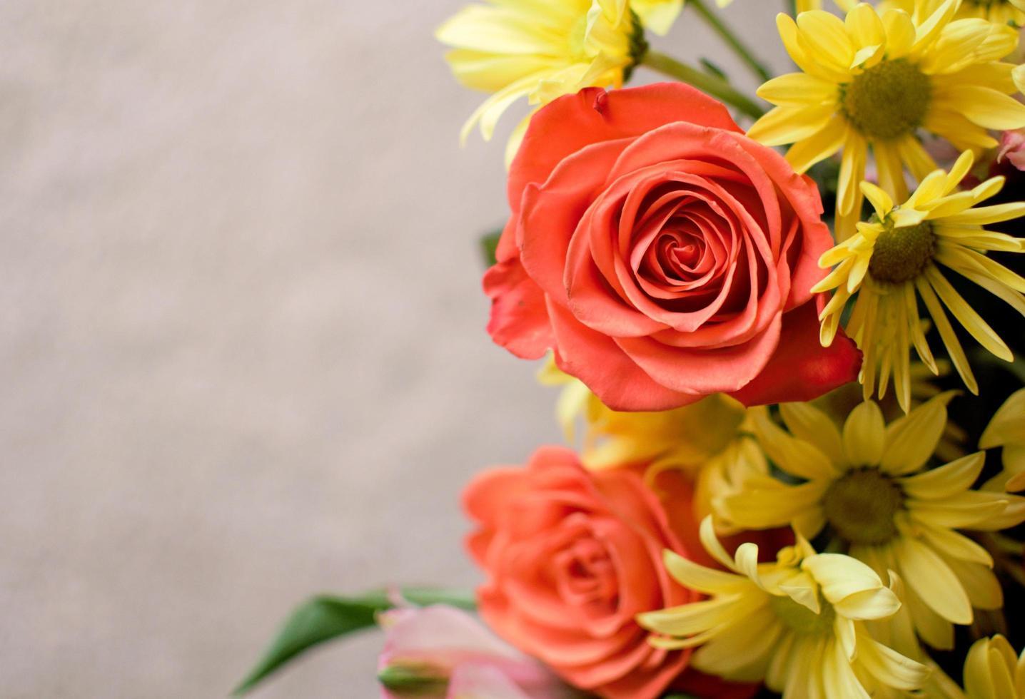 roter und gelber Blumenstrauß foto
