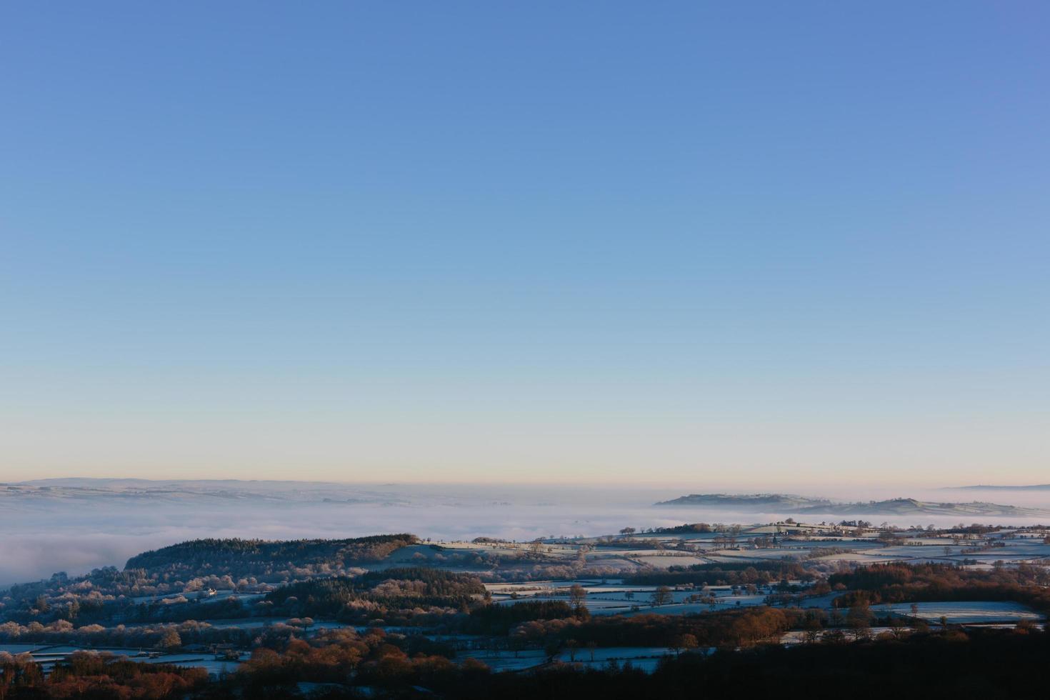 Luftaufnahme von nebligen Bergen und blauem Himmel foto