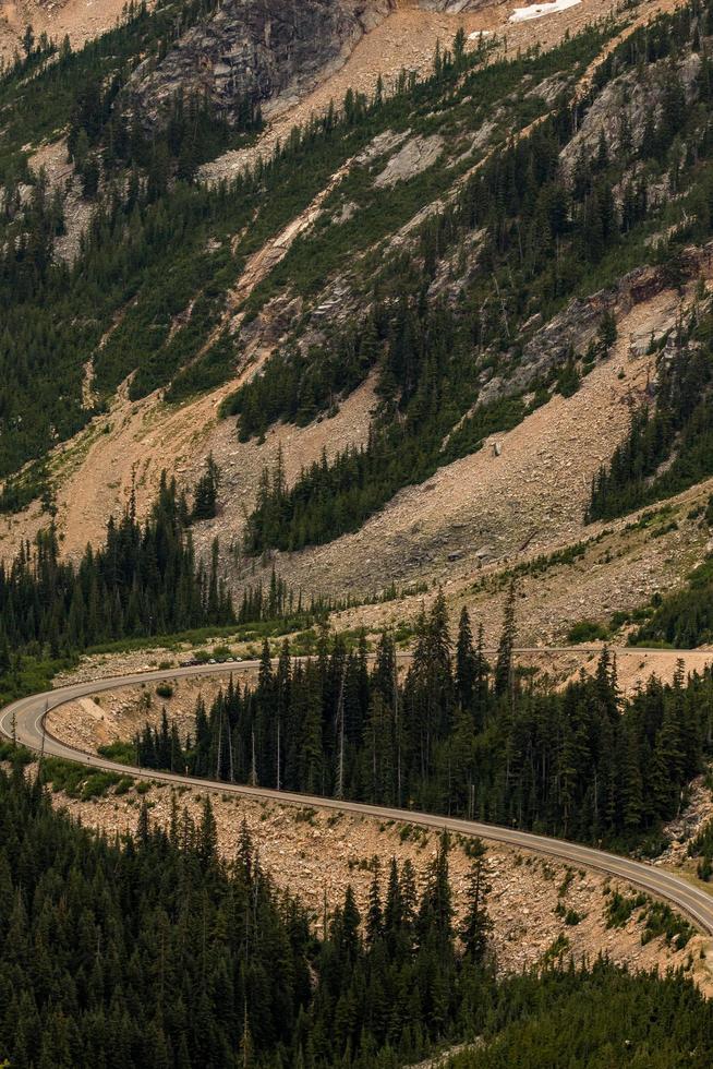 Straße auf einer Bergseite foto