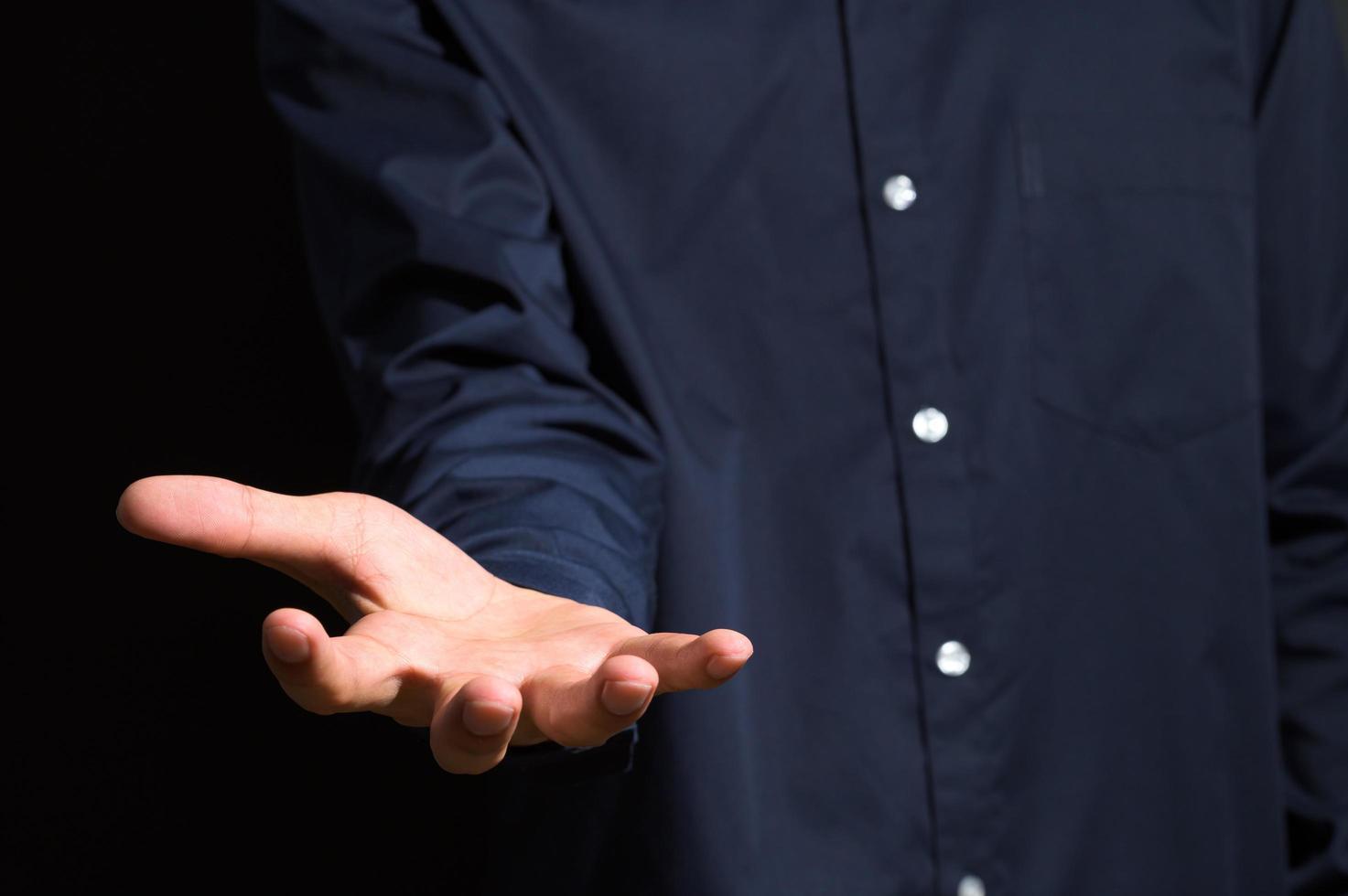 Mann streckt die Hand aus foto