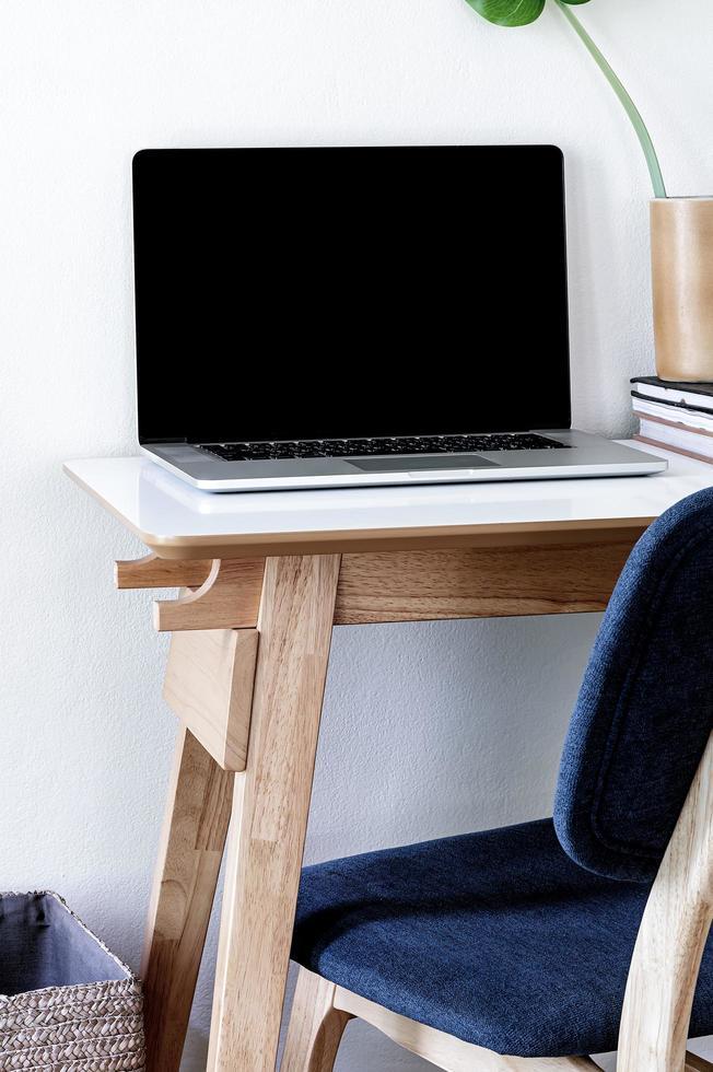 Laptop-Modell in einem Heimbüro foto