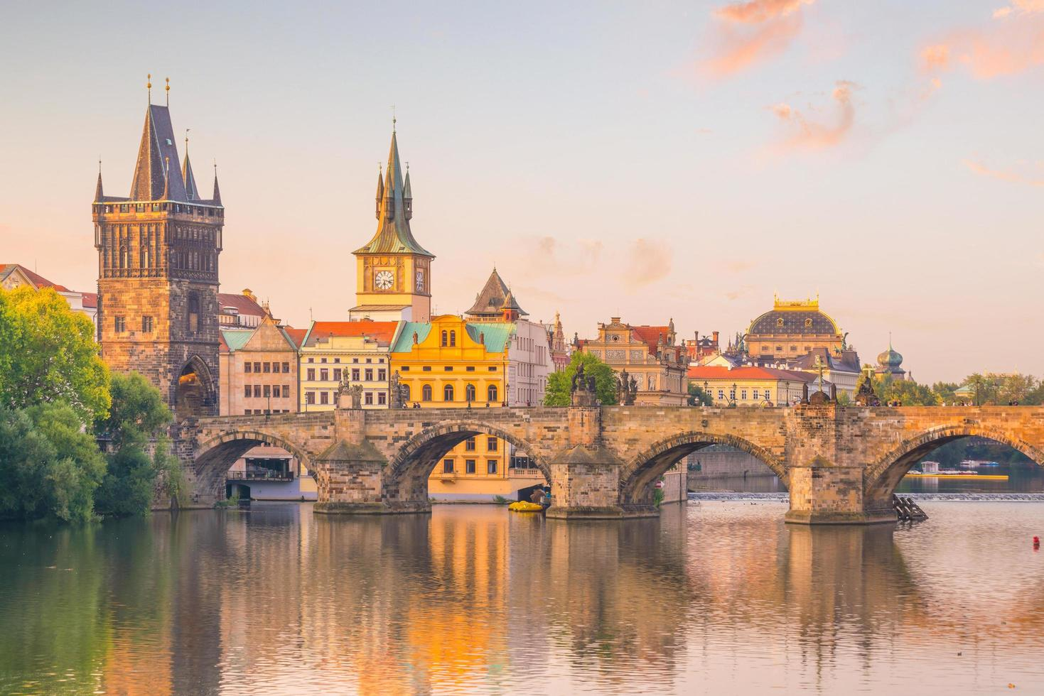 berühmtes ikonisches Bild von Charles Bridge und der Prager Skyline foto