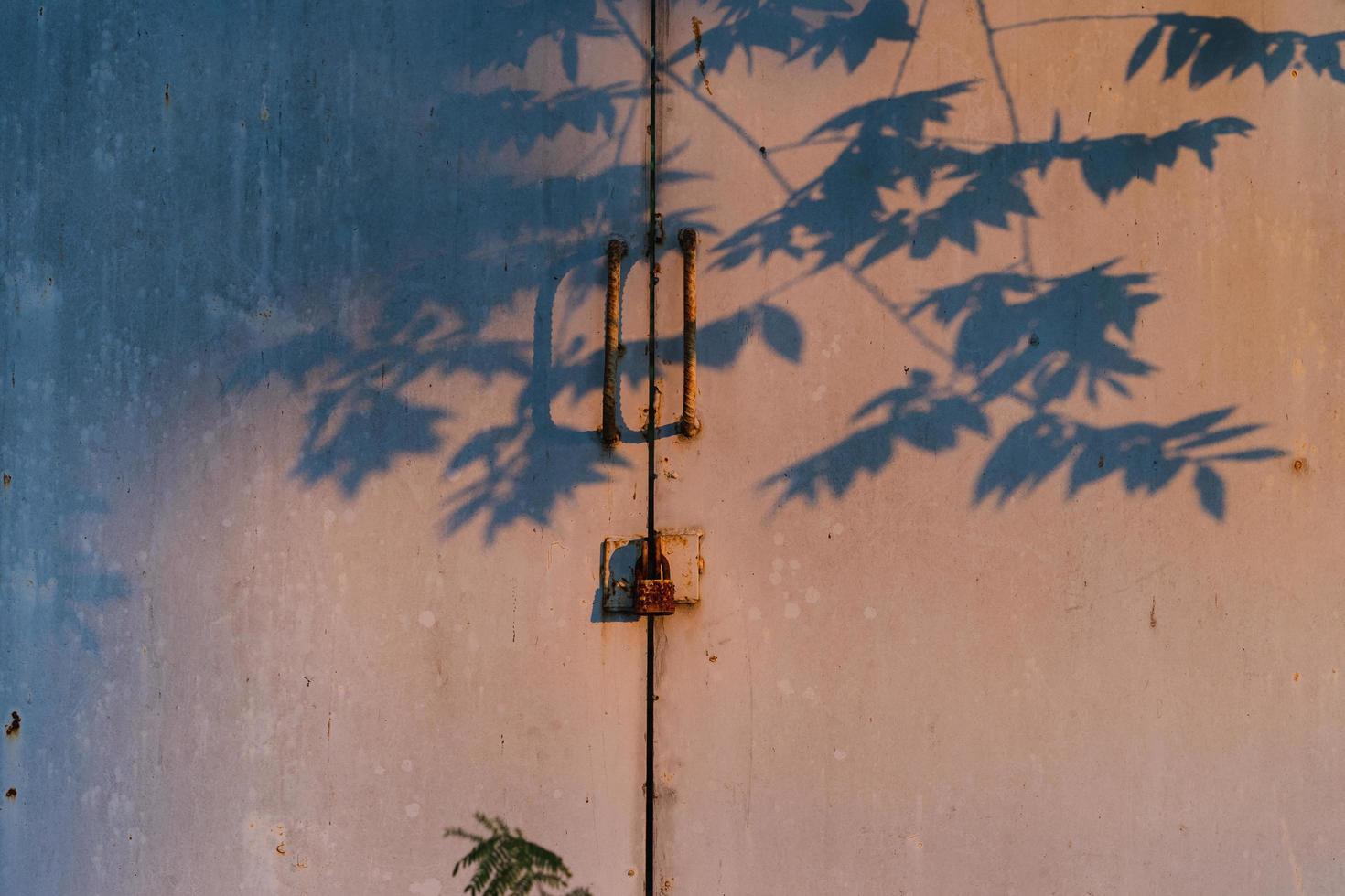 rostiges Vorhängeschloss und Schatten foto