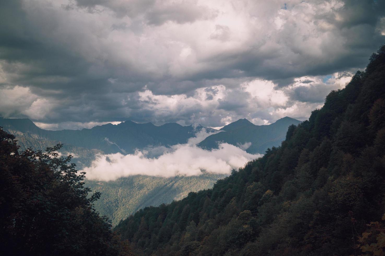 nebliges Tal durch Berge foto