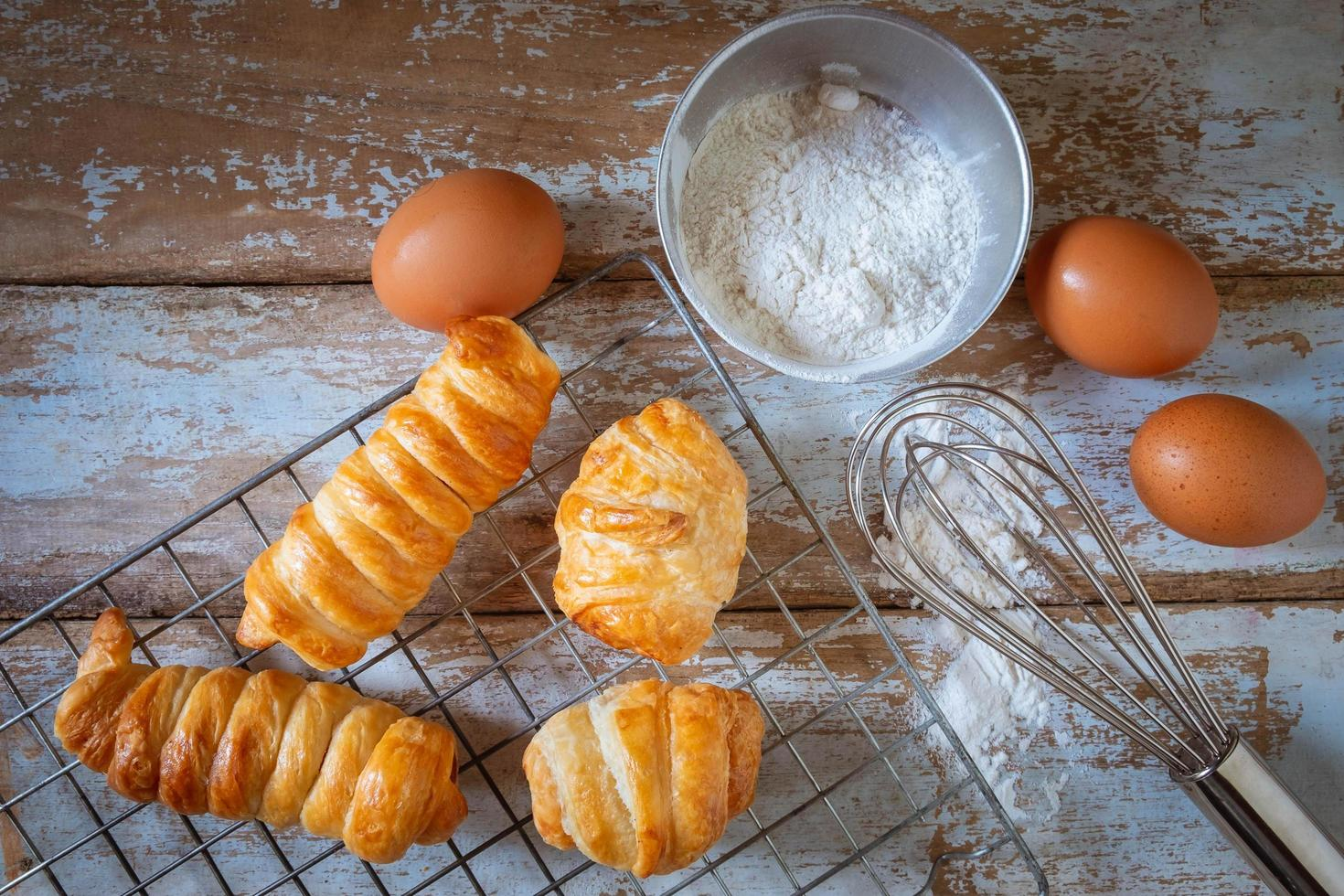 frisches Brot und Mehl mit Eiern foto