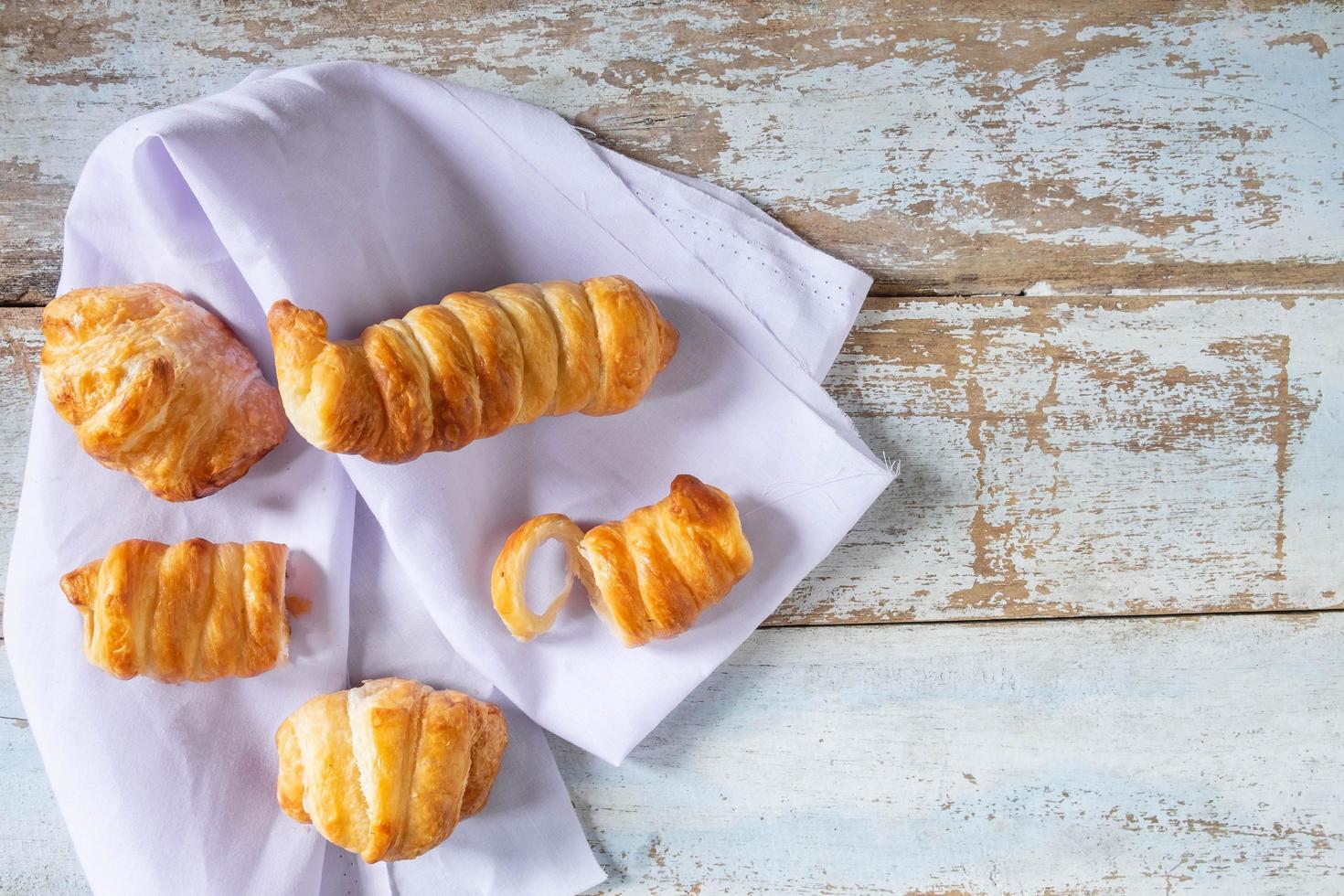 frisches Brot auf dem Tisch foto