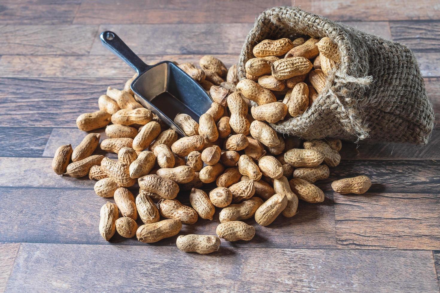 Erdnüsse in Sackleinen foto
