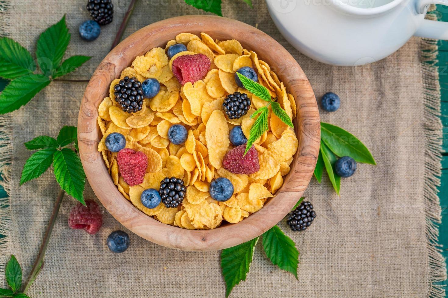 leckere Cornflakes mit Beerenfrüchten und Milch foto