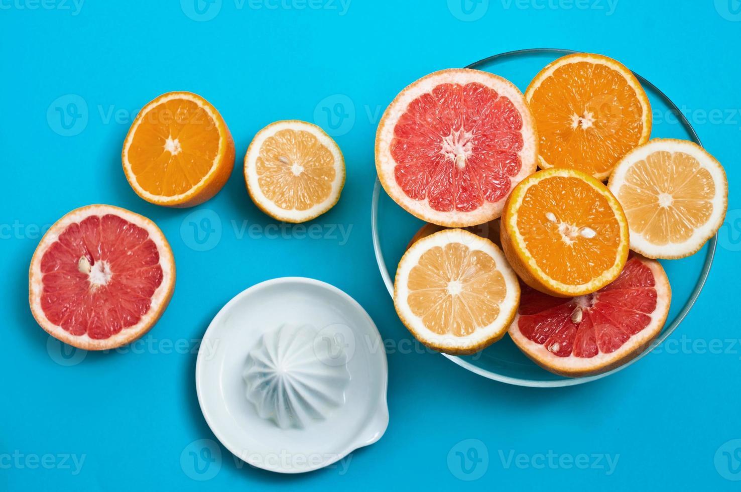 saftige Zitrusfrüchte auf einem Tisch foto