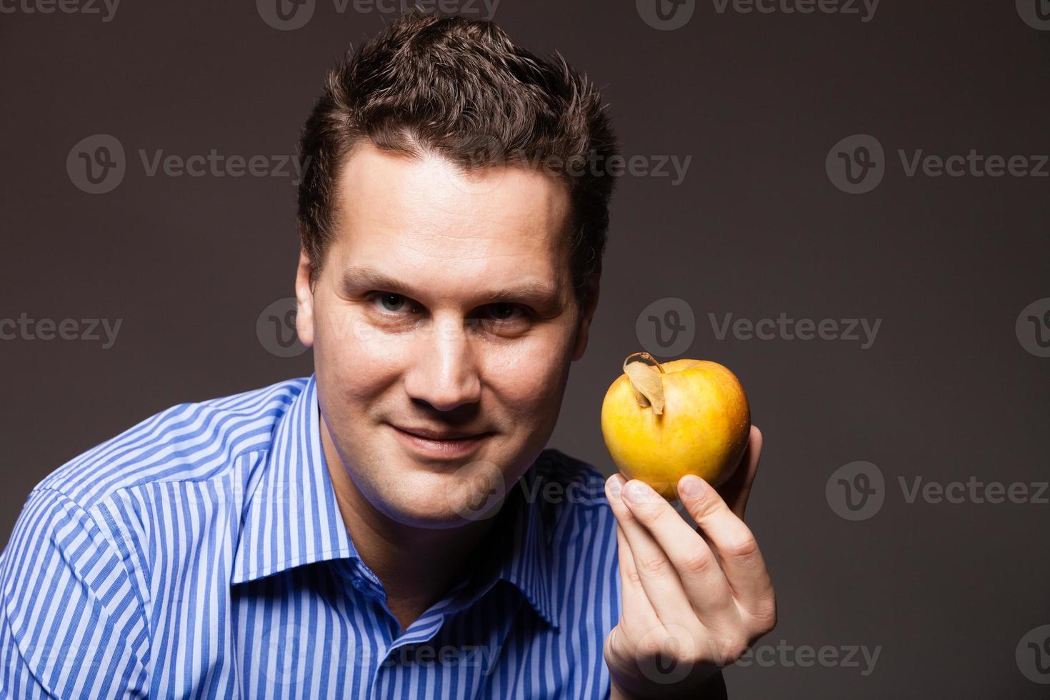 Diät Ernährung. glücklicher Mann, der Apfelfrucht hält foto
