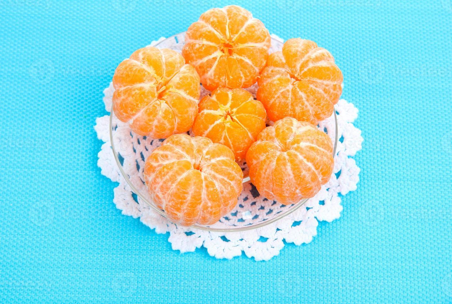 reife süße Mandarinen, auf farbigem Hintergrund foto