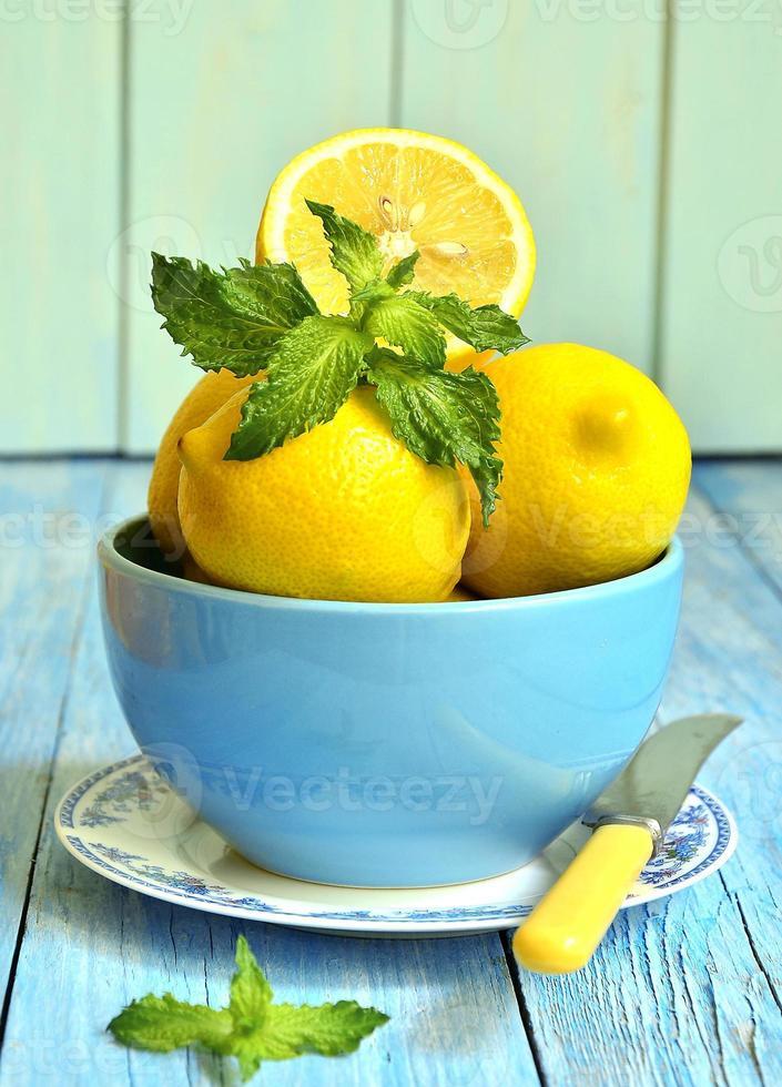 Zitronen in einer blauen Schüssel. foto