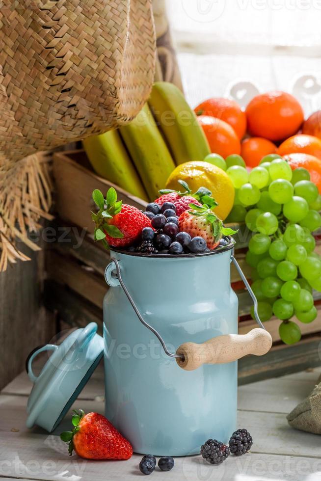 gesundes Haferflocken mit frischen Früchten zum Frühstück foto