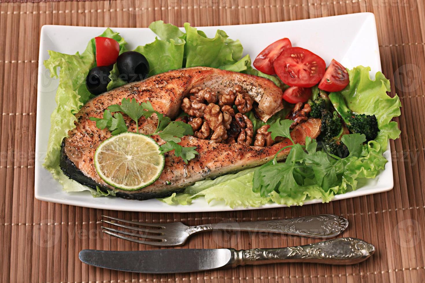 Gegrillter Lachs mit Salat und Nüssen foto