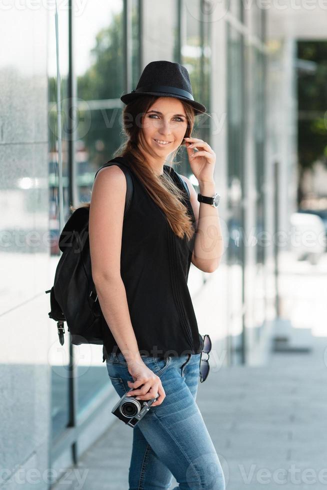 Der Student reist mit der spiegellosen Digitalkamera foto
