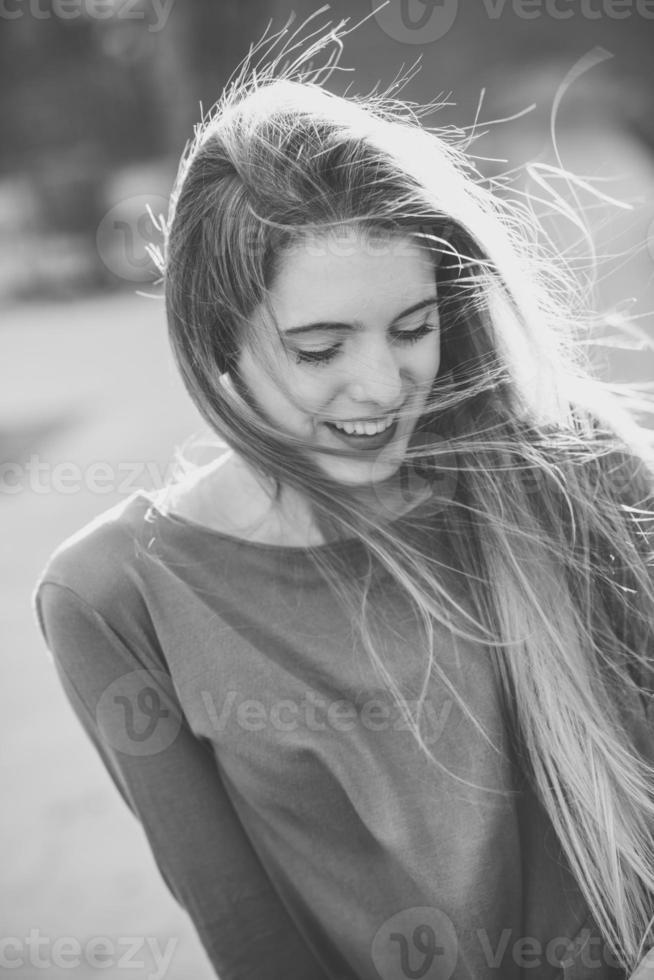 glückliches blondes Mädchen im städtischen Hintergrund foto