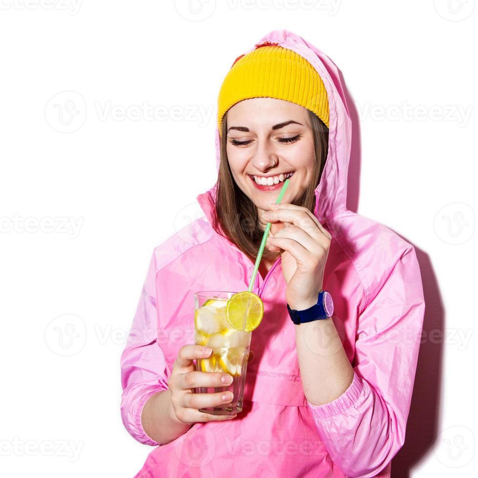 Hipster-Mädchen mit Cocktail foto