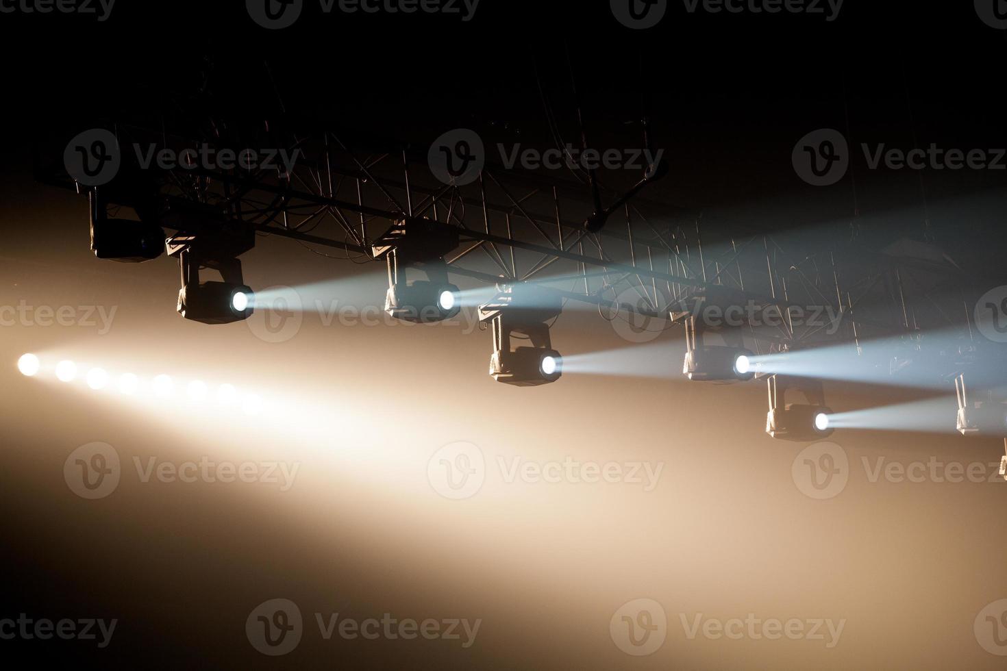 Theaterscheinwerfer auf schwarzem Hintergrund foto