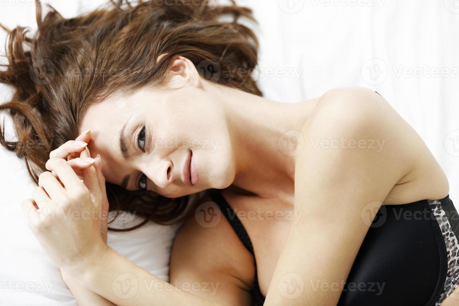 Frau liegt auf ihrem Bett foto