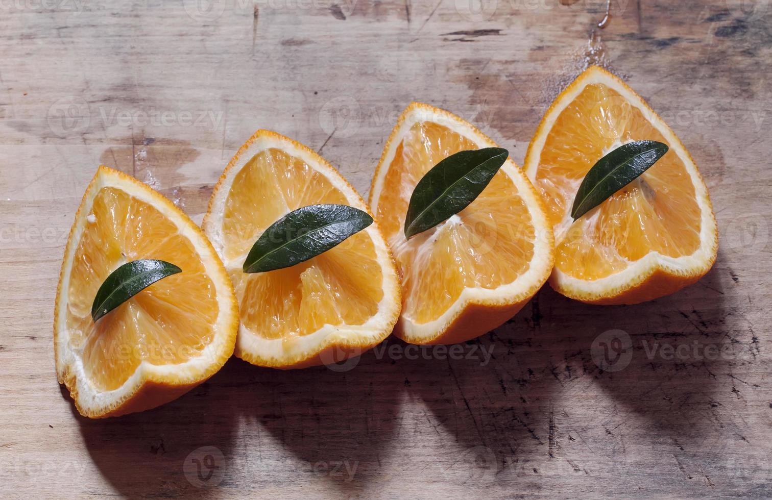 Orange auf einem Holzbrett foto