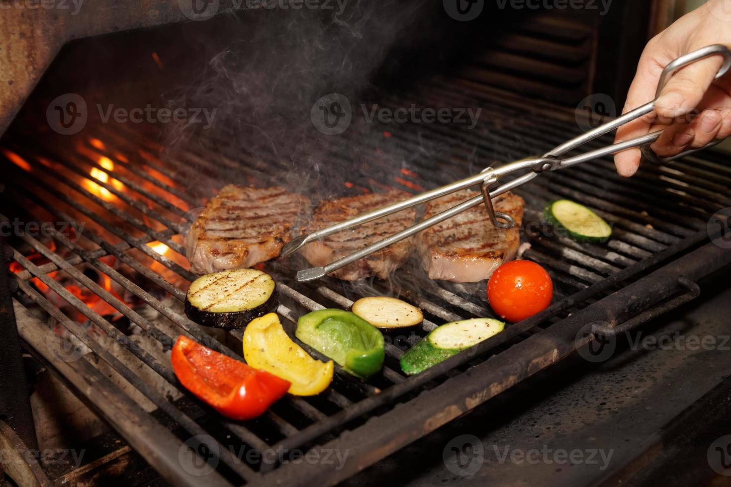 Fleisch und Gemüse auf dem Grill foto