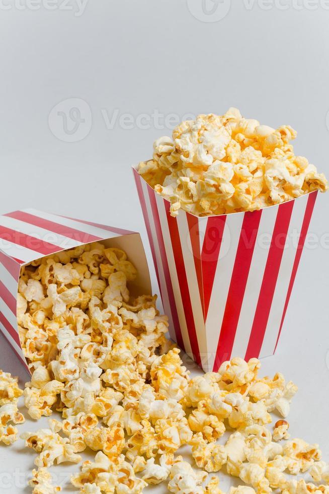 volles Popcorn in klassischer Popcornbox foto