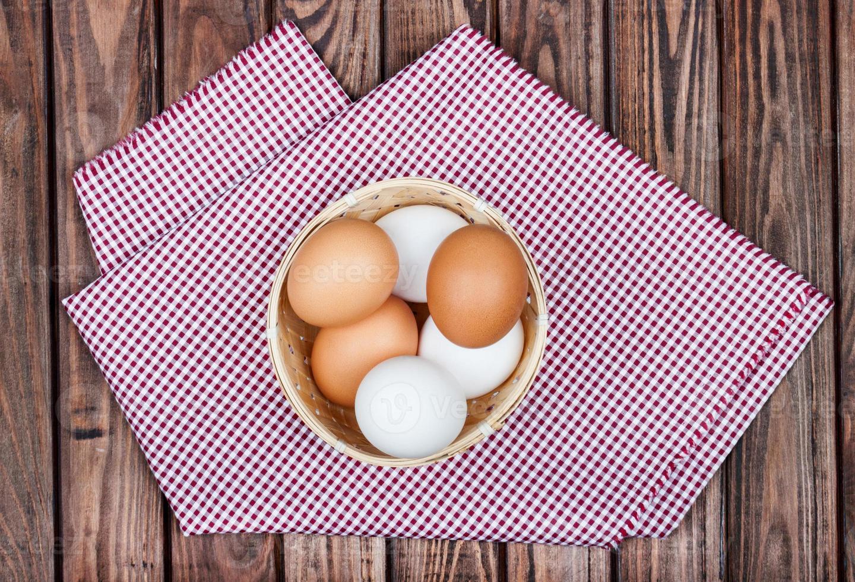 Hühnereier auf hölzernem Hintergrund foto