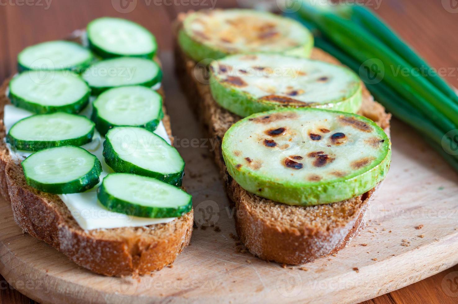 offenes Sandwich mit Butter, Gurken gegrilltem Gemüse und Grün foto