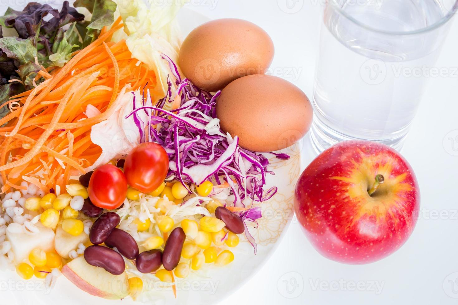 Salat in der weißen Platte Nahaufnahme Schuss. foto
