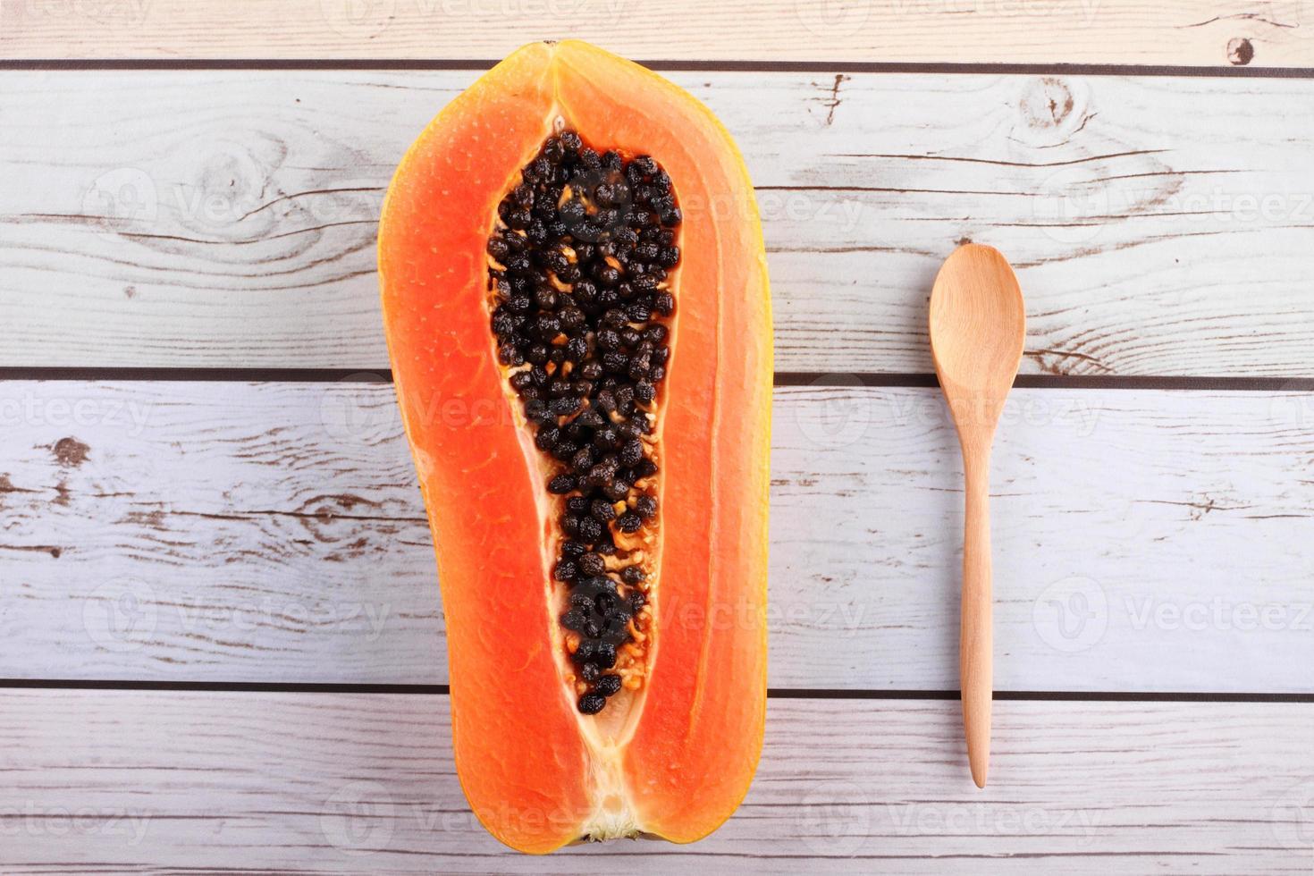 gehackte Papaya und Löffel foto