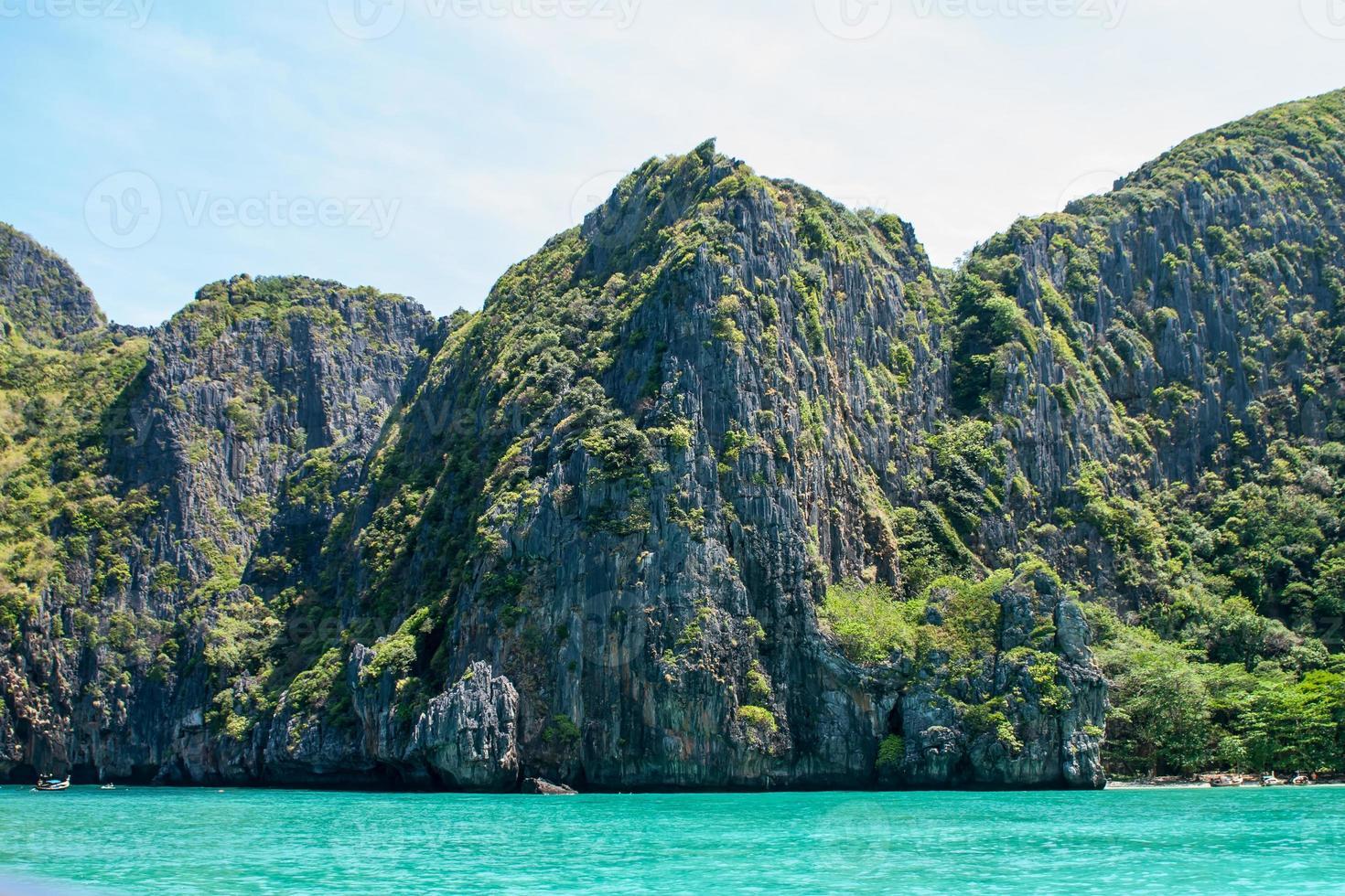 Klippen auf einer einsamen Insel foto