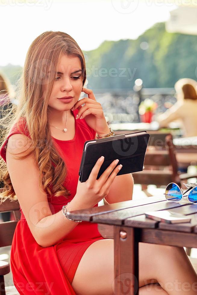 Frau im Straßencafé foto