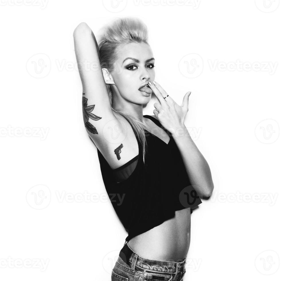stilvolle modische blonde Mädchen Hipster mit Tattoo foto