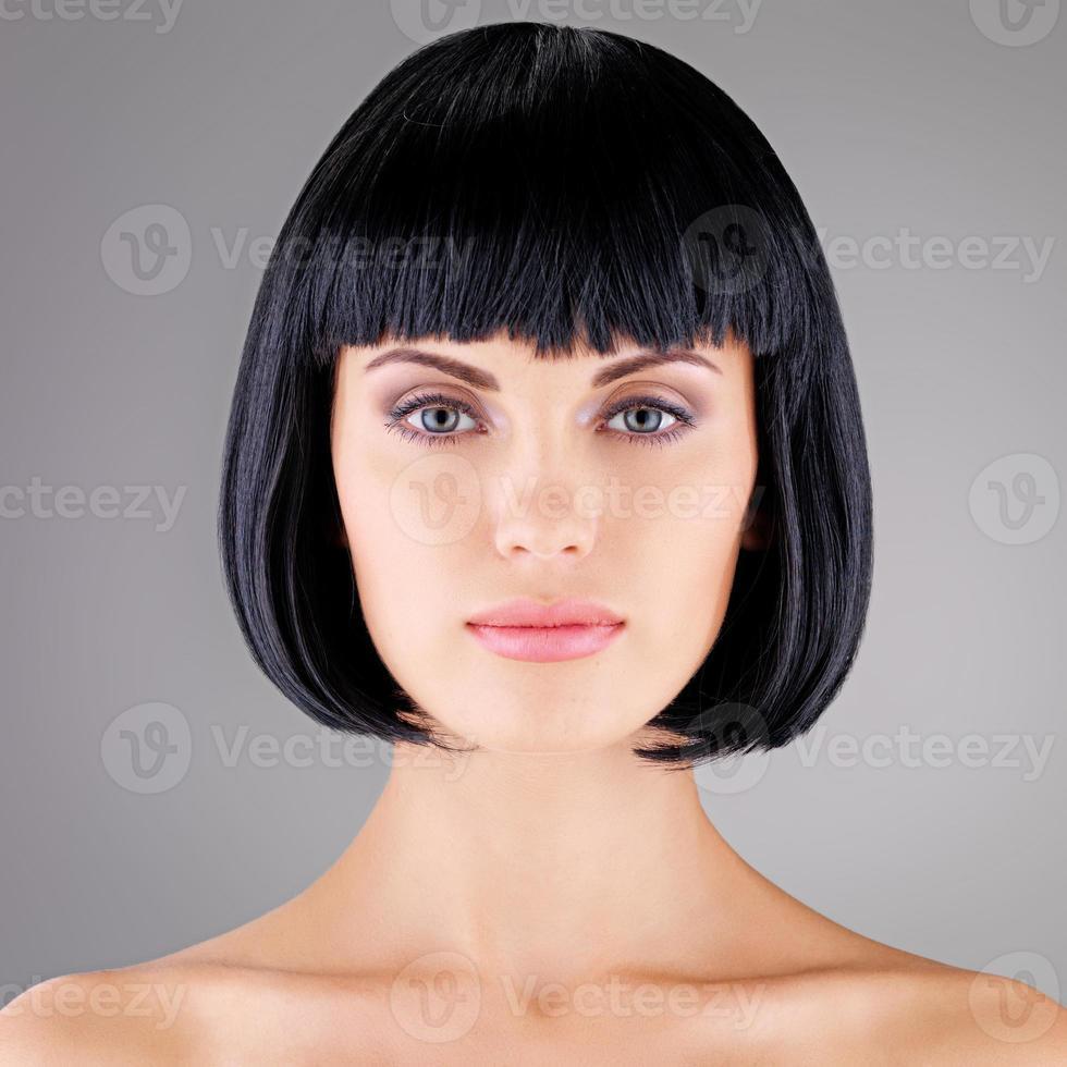 schöne Frau mit Schuss Frisur foto
