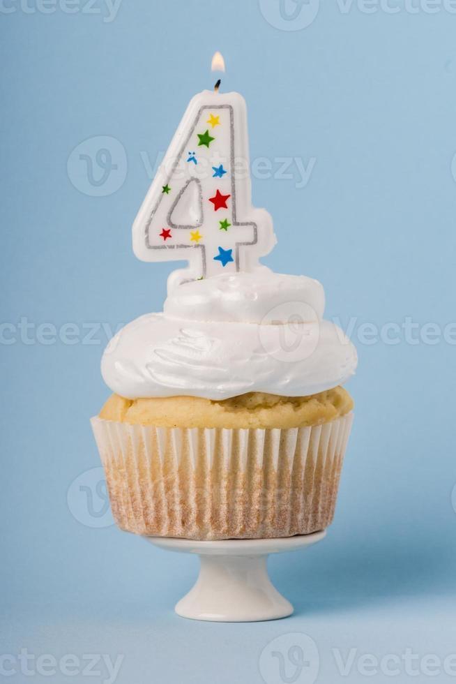 Cupcake mit blauem Hintergrund und Kerze foto