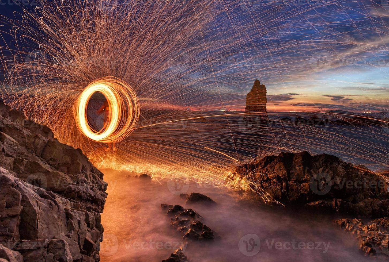 glühende Funken aus sich drehender Stahlwolle foto