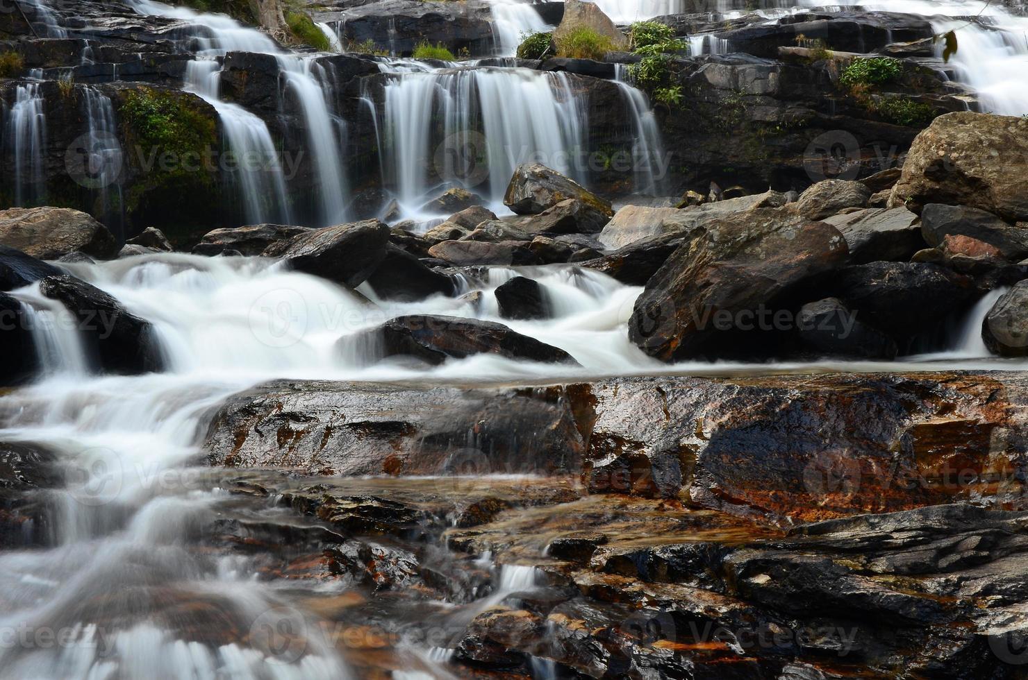 Wasserfälle in Herbstwäldern foto