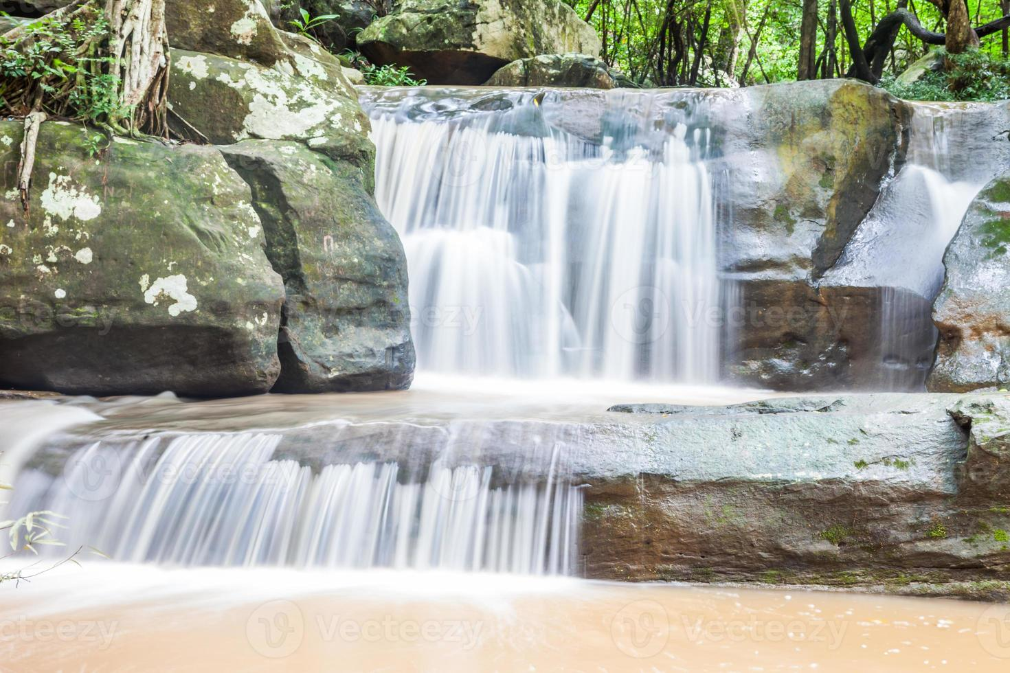 Nahaufnahme grüner Waldwasserfall foto