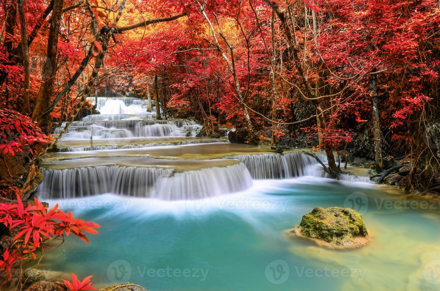schöner tiefer Waldwasserfall, huay mae khamin, kanchanaburi, foto