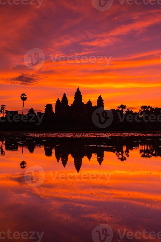 schöne Silhouette von Angkor Wat während des Sonnenaufgangs foto