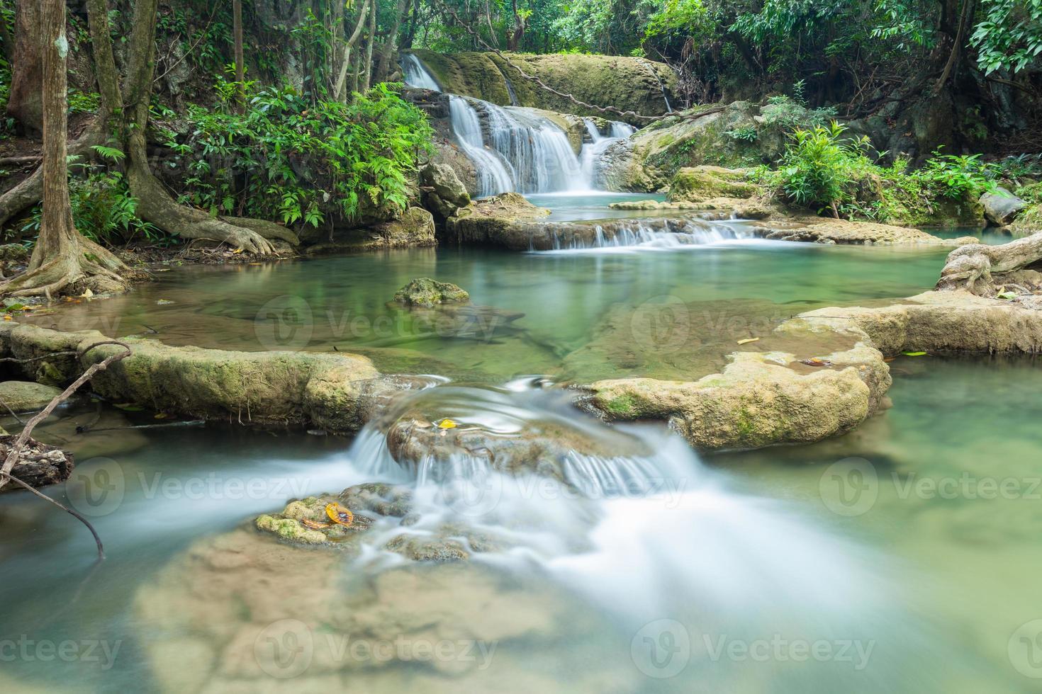 schöner wasserfall in kanchanaburi (huay mae kamin) foto