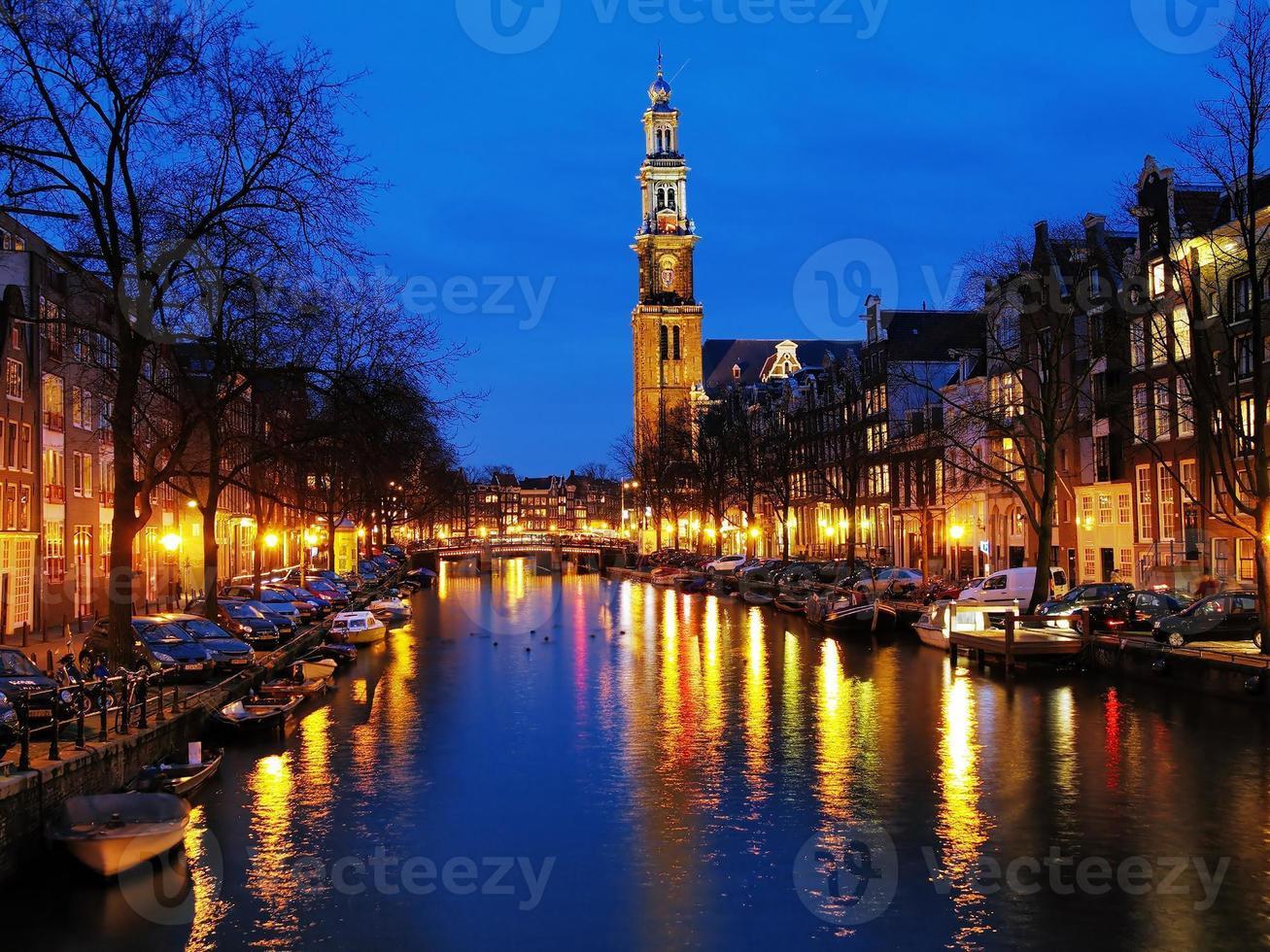 Abendansicht der Westkirche in Amsterdam foto