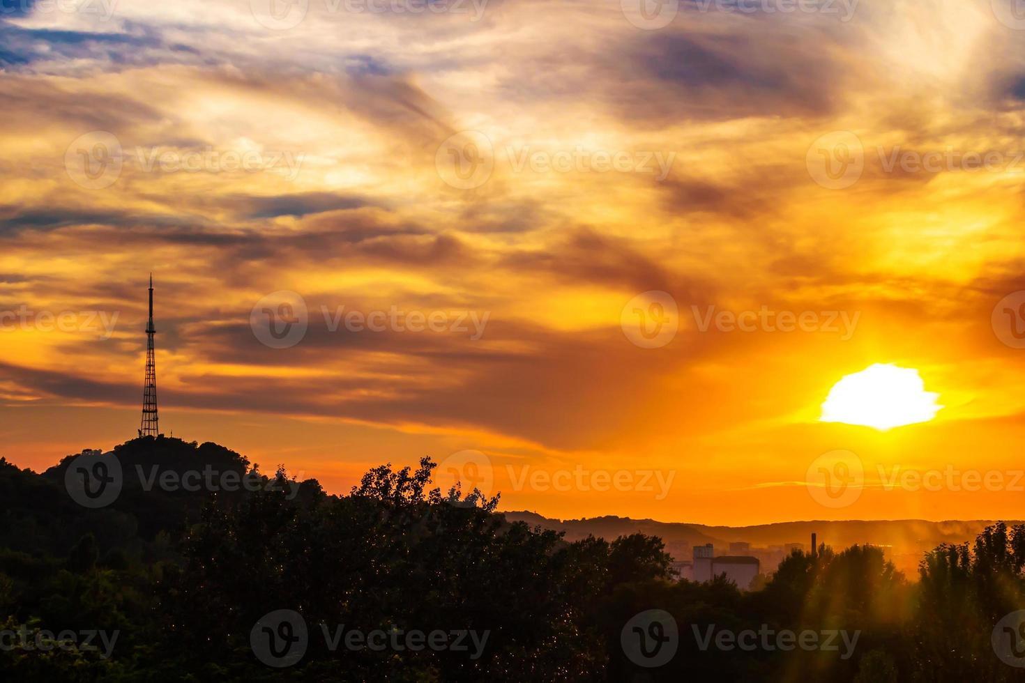 schöne Sonnenuntergangslandschaft von lviv Stadt, Blick von der Höhe. Ukraine foto