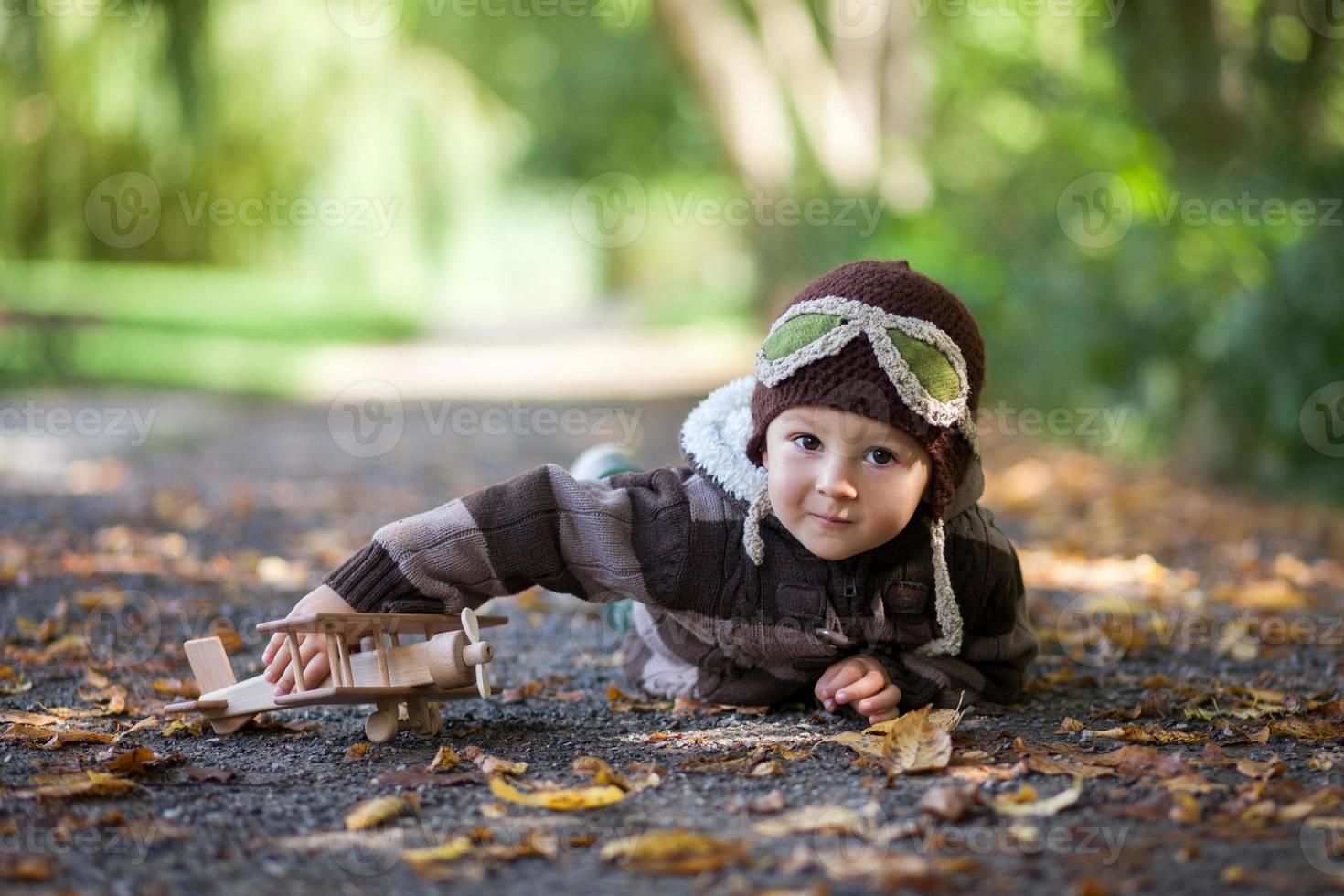 Junge im Park mit einem Flugzeug foto
