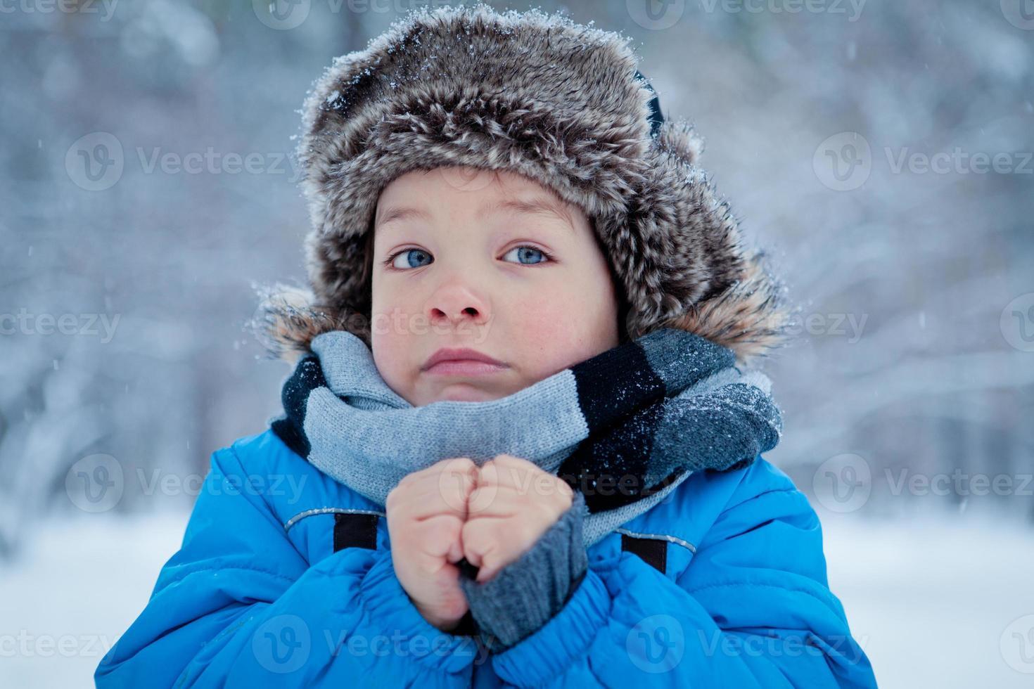 Porträt des Jungen in der Winterzeit foto