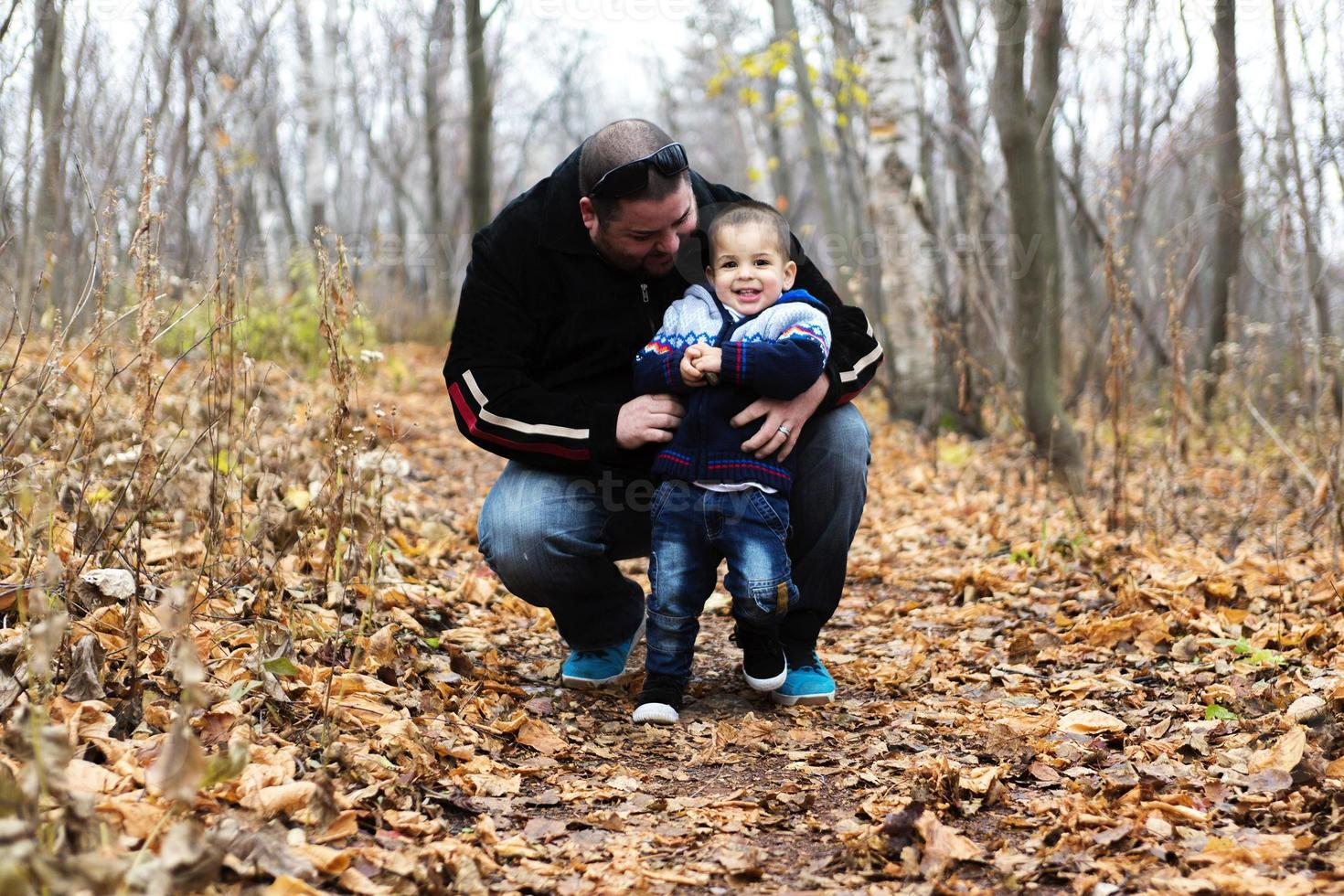 Vater und Sohn in der Herbstsaison foto