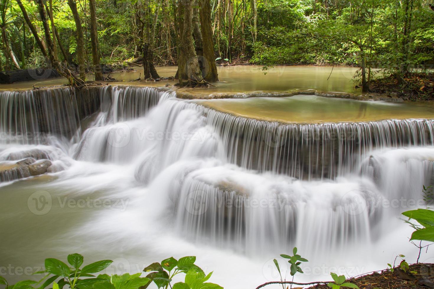 blauer Bachwasserfall in Kanjanaburi Thailand (Huaymaekamin Wasserfall) foto