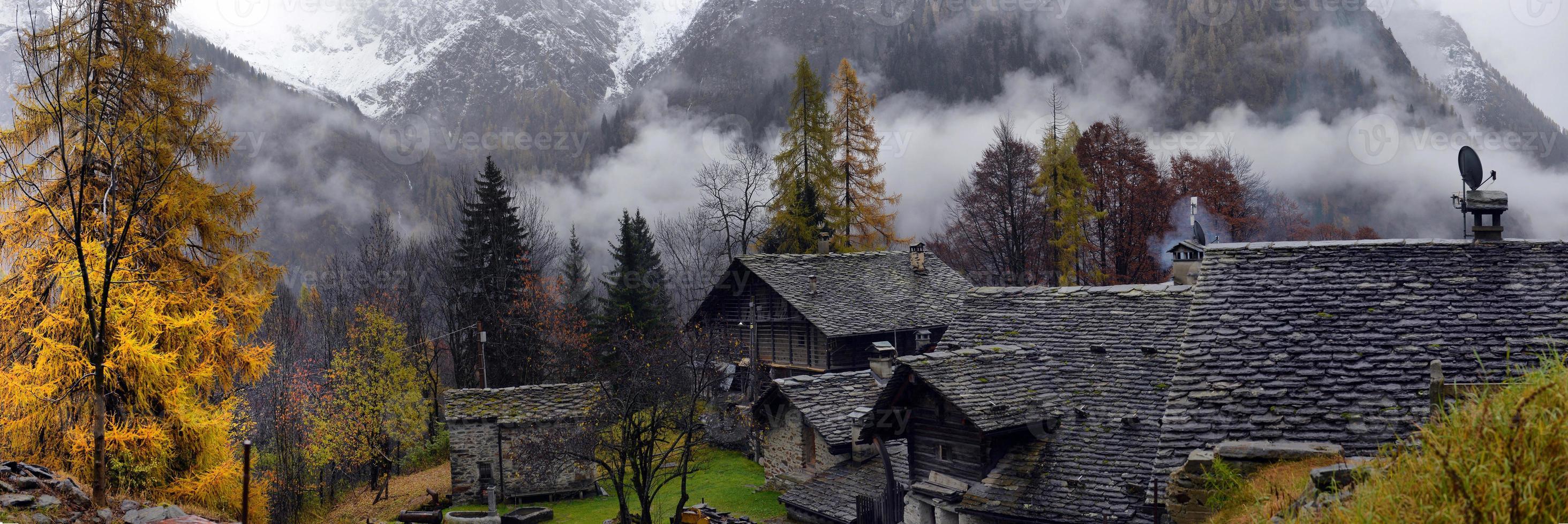 Alpenpanorama aus dem kleinen Dorf foto