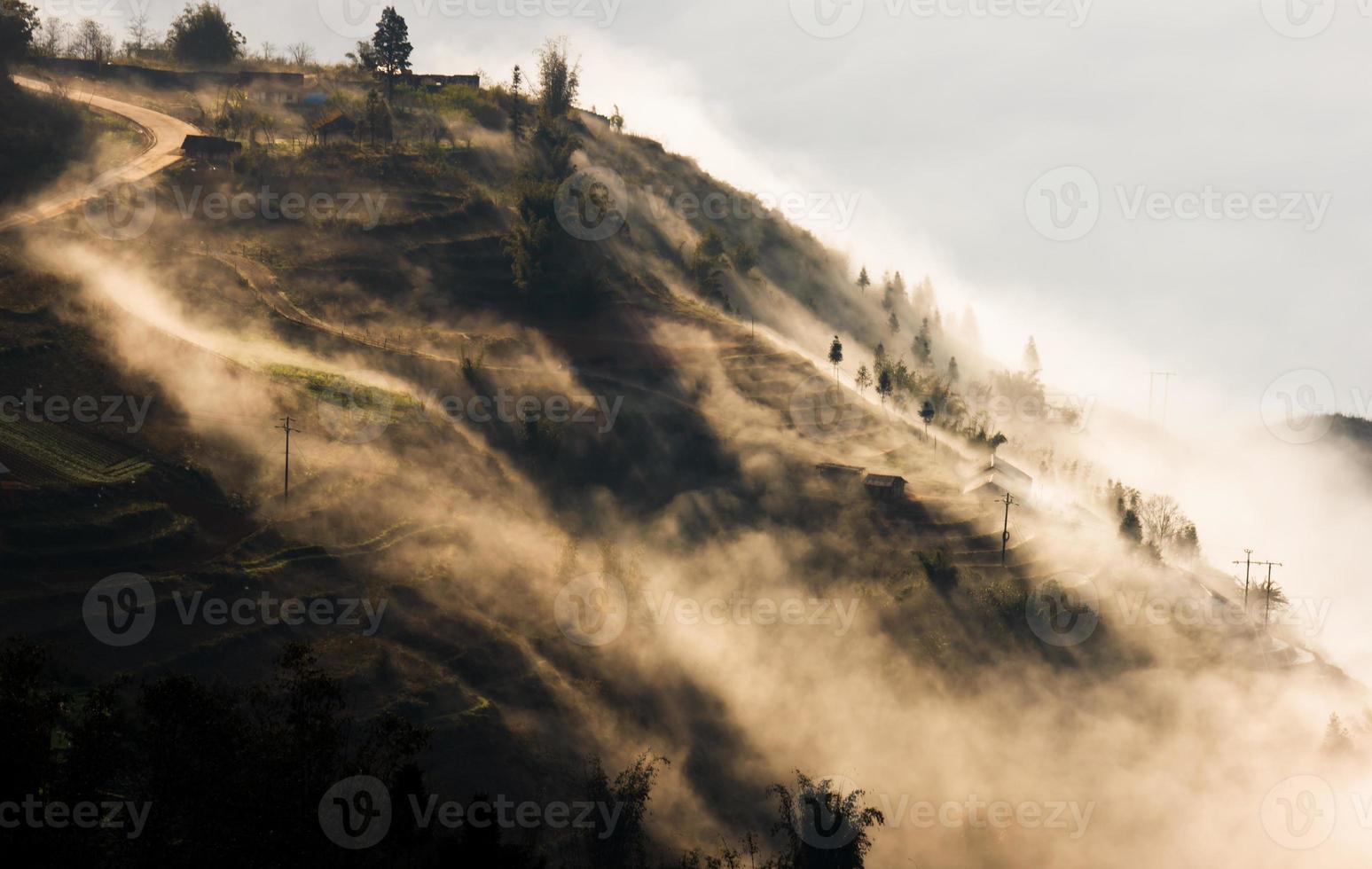 nebliger Hügel von Sapa, Vietnam foto