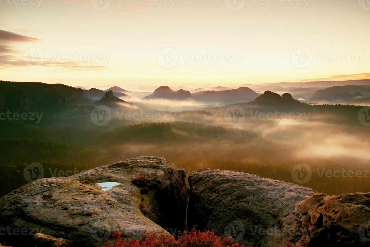 kleiner winterbergblick. fantastischer verträumter Sonnenaufgang in felsigen Bergen foto